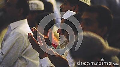 Video von Islam-Mulim-Menschen in muslimisch betenden und sitzen auf Moschee Faisal Mosque stock footage