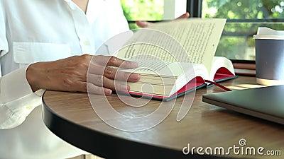 4.000 videos de un hombre de closeup leyendo el holding y la revista abierta en la sala de estar, hobby para el estilo de vida re metrajes