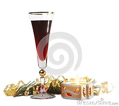 Vidrio de vino y una vela del fuego