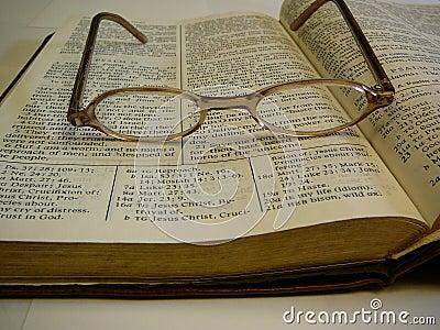 Vidrios del ojo de la biblia del estudio en tapa