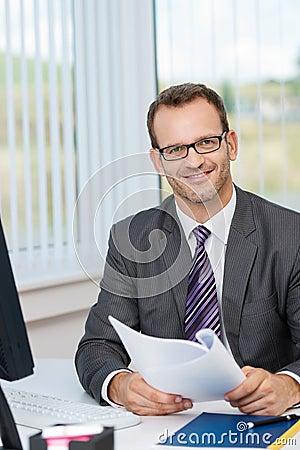 Vidrios que llevan sonrientes del hombre de negocios