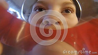 Vidro da bebida da moça da água Câmera em um vidro POV video estoque