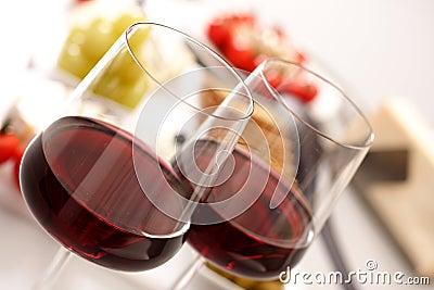 Vidros do vinho vermelho com aperitivo