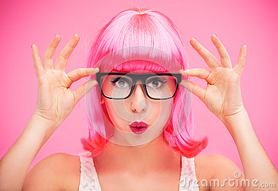 Vidros e peruca vestindo da mulher