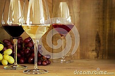 Vidros e uvas de vinho