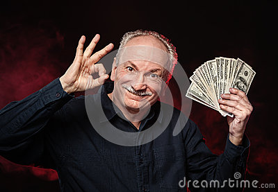 Vieil homme avec des billets d un dollar