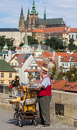 Vieil homme avec le château à l arrière-plan Image stock éditorial