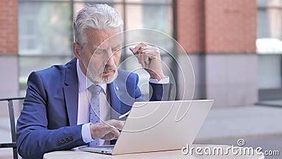 Vieil homme d'affaires songeur Using Laptop, extérieur banque de vidéos