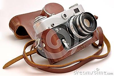Vieil photo-appareil-photo de film de cru dans le cas en cuir