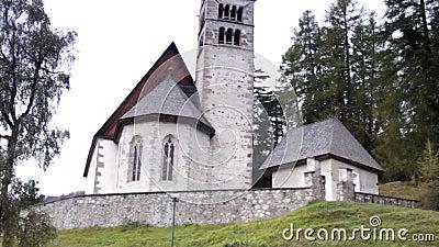 Vieille église en dolomites banque de vidéos