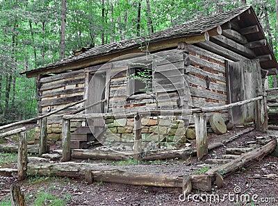 vieille cabane en rondins sur la colline en bois photo stock image 61476537. Black Bedroom Furniture Sets. Home Design Ideas