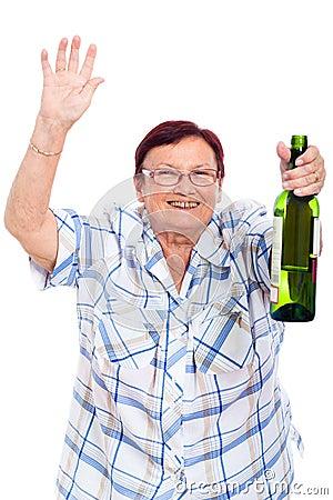 Jeux pacifique intergalactique Vieille-femme-bue-avec-la-bouteille-d-alcool-25390080