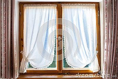 vieille fen tre en bois avec les rideaux blancs photo stock image 41533221. Black Bedroom Furniture Sets. Home Design Ideas