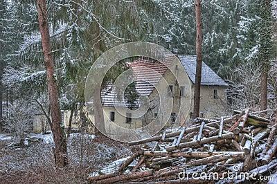 vieille maison au milieu de la for t photographie stock image 18430522. Black Bedroom Furniture Sets. Home Design Ideas