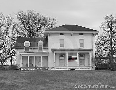 Vieille maison de ferme en noir et blanc