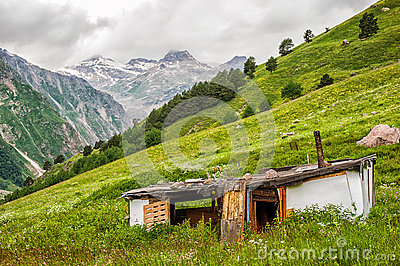 vieille maison d labr e pauvre de berger sur le pr vert photo stock image 63541693. Black Bedroom Furniture Sets. Home Design Ideas