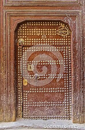 vieille porte d 39 une maison marocaine traditionnelle photo stock image 59110676. Black Bedroom Furniture Sets. Home Design Ideas