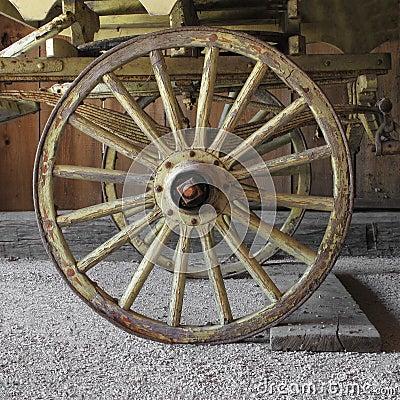 vieille roue de chariot en bois sur un chariot image stock. Black Bedroom Furniture Sets. Home Design Ideas