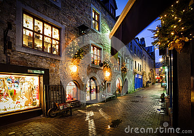 Vieille rue de ville la nuit