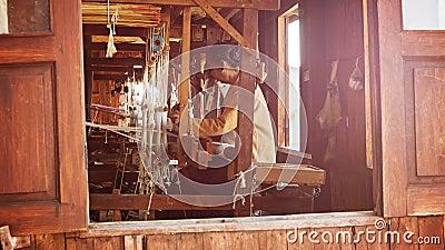 Vieille usine de tissage Une femme locale a été production du tissu sur un métier à tisser clips vidéos