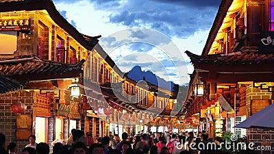 Vieille ville de Lijiang le soir avec le touriste rappelé clips vidéos