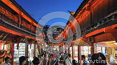 Vieille ville de Lijiang le soir avec le touriste rappelé banque de vidéos