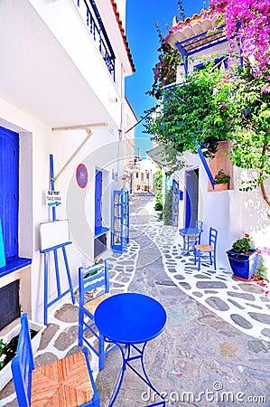 Vieille ville grecque rues troites murs blancs meubles bleus et belle bou - Meubles blancs vieillis ...