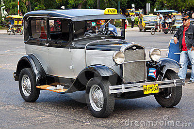 vieille voiture am ricaine classique dans les rues de la havane photo ditorial image 22929356. Black Bedroom Furniture Sets. Home Design Ideas