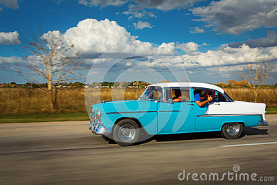 vieille voiture classique sur la rue du cuba avec les nuages blancs et le ciel bleu photo stock. Black Bedroom Furniture Sets. Home Design Ideas