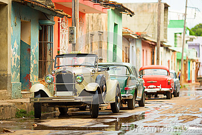 vieille voiture convertible sur la rue du trinidad cuba. Black Bedroom Furniture Sets. Home Design Ideas