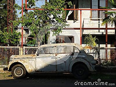 vieille voiture rouill e et cass e abandonn e dans une rue minable photo stock image 58255011. Black Bedroom Furniture Sets. Home Design Ideas