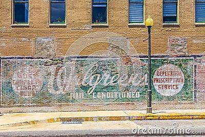 Vieja publicidad pintada en la pared Foto de archivo editorial