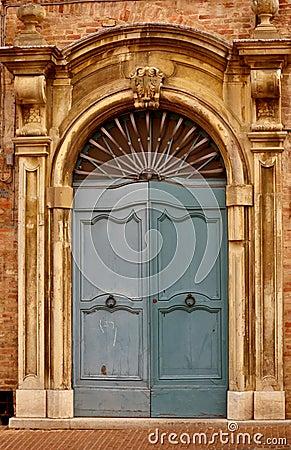 Vieja puerta principal italiana