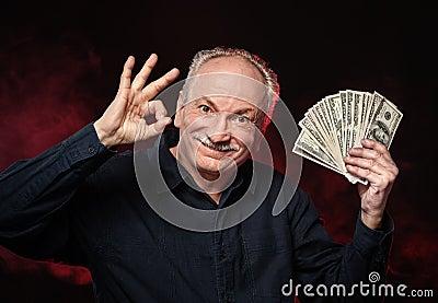 Viejo hombre con las cuentas de dólar