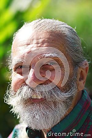 Viejo hombre con una barba