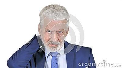 Viejo hombre de negocios con dolor de cuello aislado en el fondo blanco almacen de metraje de vídeo