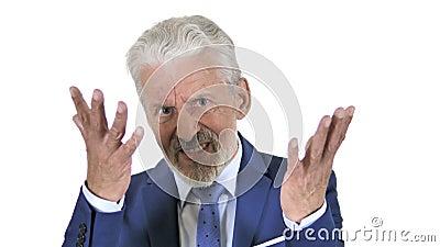 Viejo hombre de negocios Upset por resultados aislado en el fondo blanco almacen de metraje de vídeo