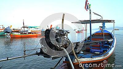 Viejos barcos de pesca en Tailandia temprano en la mañana metrajes