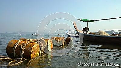 Viejos barcos de pesca en Tailandia temprano en la mañana almacen de video