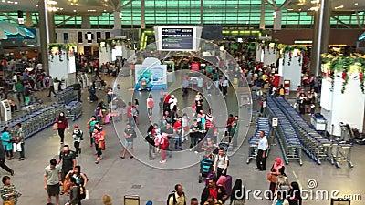 Viele Leute an der Abfahrt Hall von Flughafen KLIA 2 in Kuala Lumpur, Singapur stock video footage