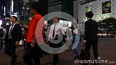 Viele Leute kreuzen Straße an Shibuya-Überfahrt nachts stock footage