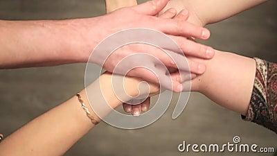 Viele zusammenkommenden Hände - oberer Standpunkt stock video
