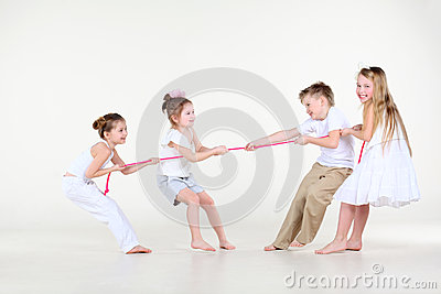 Vier kleiner Junge und Mädchen in der weißen Kleidung zeichnen über Seil