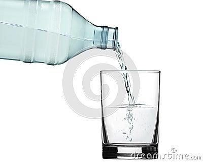 Vierta el agua en el vidrio