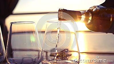 Vierta el vino blanco sabroso en la puesta del sol por el mar HD, 1920x1080 Cámara lenta metrajes