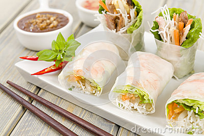 Goi Cuon - Vietnamese fresh summer rolls filled with prawns, herbs ...