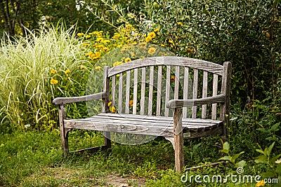 vieux banc en bois dans le jardin images stock image 34610824. Black Bedroom Furniture Sets. Home Design Ideas