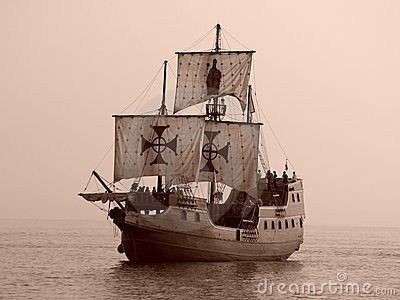 Vieux bateau de bataille en mer