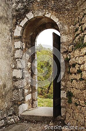 vieux cadre de porte ouverte photo stock image 65085073. Black Bedroom Furniture Sets. Home Design Ideas