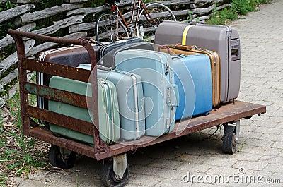 Vieux chariot à valise